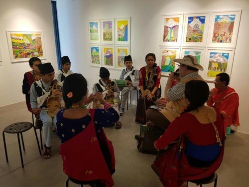 전통 음악을 연주하는 네팔 학생들