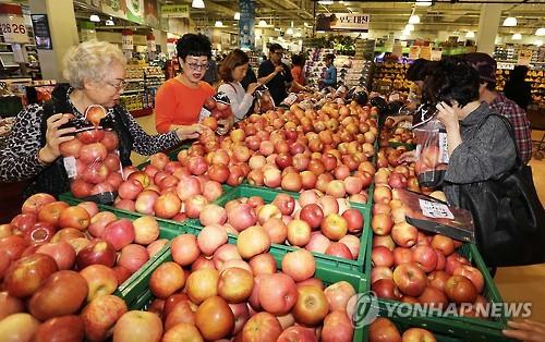 추석 앞둔 과일시장 [연합뉴스 자료사진]