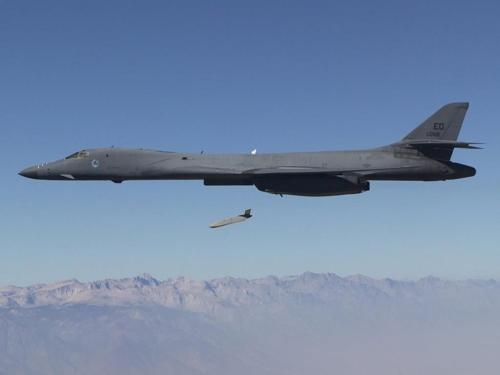 미국의 B-1B 전략폭격기서 발사되는 장거리 대함미사일[위키미디어 제공]