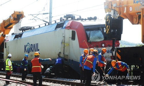 견인 중인 사고 열차 [연합뉴스 자료사진]