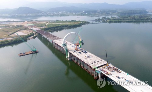 완공을 앞둔 레고랜드 진입교량[연합뉴스 자료사진]