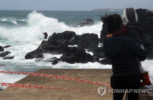 태풍으로 거센 제주의 파도[연합뉴스 자료사진]