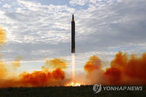북한이 공개한 지난 15일 화성-12형 발사 장면