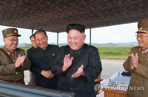 지난 15일 화성-12형 발사에 기뻐하는 김정은