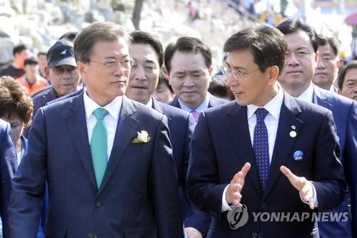 문재인(왼쪽) 대통령, 안희정 충남지사와 대화