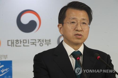 국제기구 통한 대북지원 검토 방침 발표하는 백태현 통일부 대변인[연합뉴스자료사]