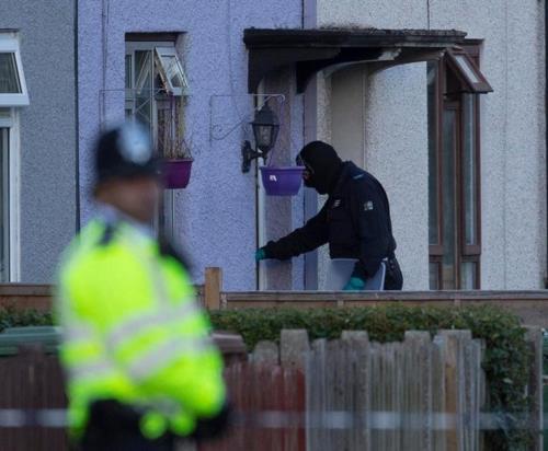 경찰이 급습한 런던 선버리의 주택