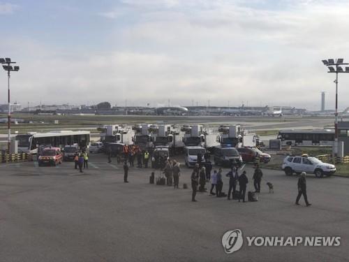 파리 공항서 여객기 '폭파' 위협 [AP=연합뉴스]