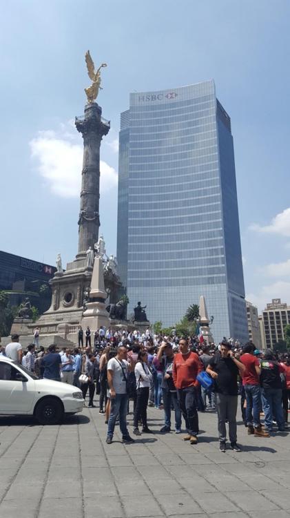 독립기념탑 앞 도로로 몰려나온 멕시코시티 시민들