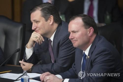테드 크루즈 미 상원의원(왼쪽)과 마이크 리 상원의원(오른쪽)