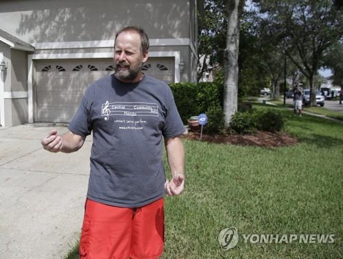 기자들과 만나 이야기하는 총기난사범 동생 에릭 패덕
