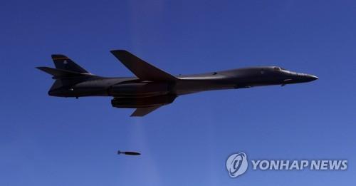 폭탄 투하하는 B-1B[연합뉴스 자료사진]