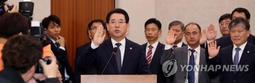 증인선서 하는 김영록 장관