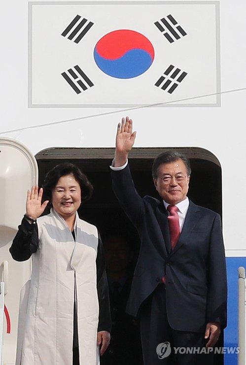 [자료사진]유엔총회 참석차 출국하는 문 대통령 내외