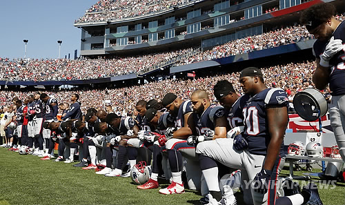 무릎꿇기 시위를 하는 NFL 선수들