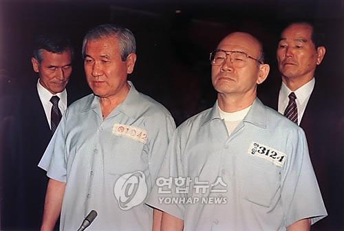 12.12 및 5.18사건 선고공판에 피고인으로 출석한 전두환(오른쪽)