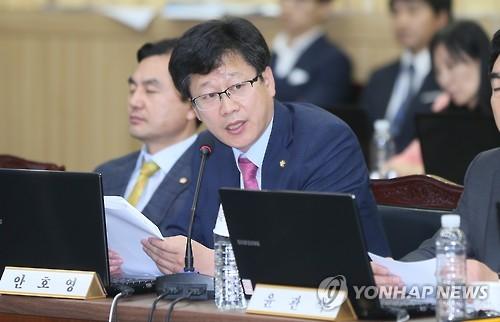 질의하는 더불어민주당 안호영의원[연합뉴스 자료사진]