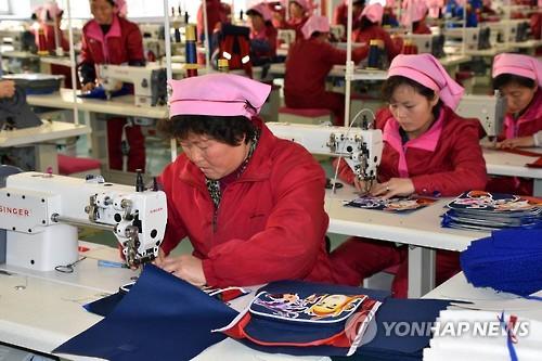 북한 평양 가방공장 노동자들 [연합뉴스 자료사진]