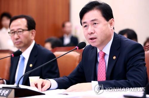 국감에서 발언하는 김영춘 해양수산부 장관
