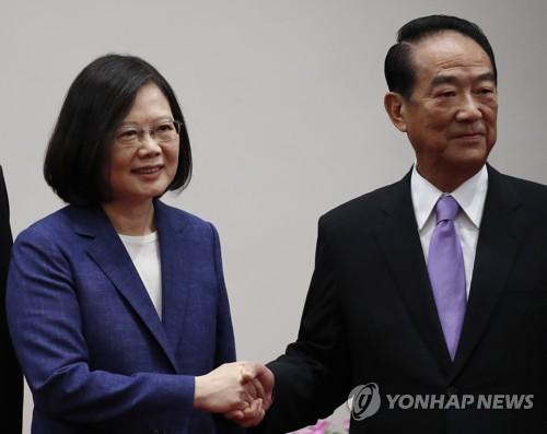 차이잉원 총통(좌)과 APEC 특사로 임명된 쑹추위 친민당 주석(우)[EPA=연합뉴스]