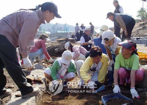 회암사지서 발굴체험[연합뉴스 자료사진]