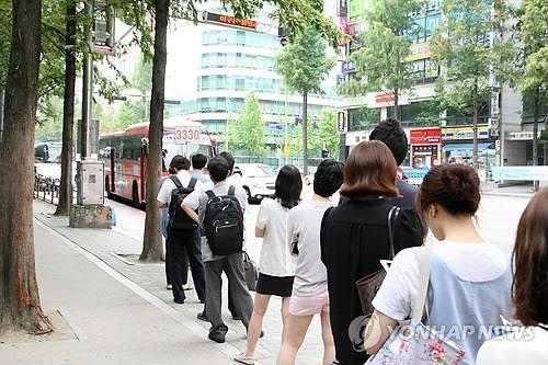 버스를 기다리는 이용객들[연합뉴스 자료사진]