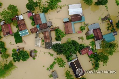 홍수로 잠긴 하노이 외곽의 한 마을[EPA=연합뉴스]