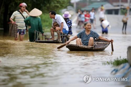 13일 홍수로 잠긴 베트나 수도 하노이 외곽의 한 마을[EPA=연합뉴스]