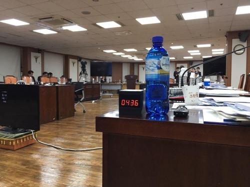 진선미 의원이 국감장에 설치한 '몰카'