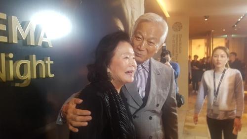 한국영화 회고전에 참석한 윤정희(왼쪽) 신성일(오른쪽)