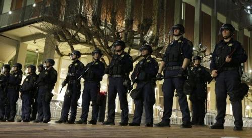 미국 버클리 캘리포니아대학 교정에 배치됐던 경찰병력