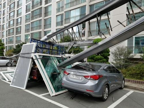 고가 사다리차 넘어져 아파트 7세대 유리창 박살·차량 파손