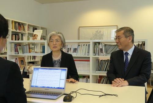 연합뉴스와 회견하는 강경화 장관(좌), 오른쪽은 김형진 주벨기에·EU대사