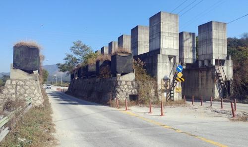 철거 예정인 포천 영송리 대전차 방호벽
