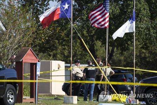 텍사스 총기 난사 현장에서 수사 중인 경찰