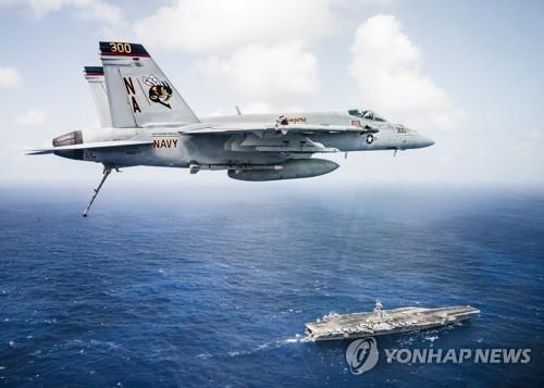 시어도어 루스벨트호 상공을 비행하는 미 해군 전투기