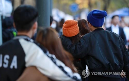 추위에 두터워진 옷차림[연합뉴스 자료사진]