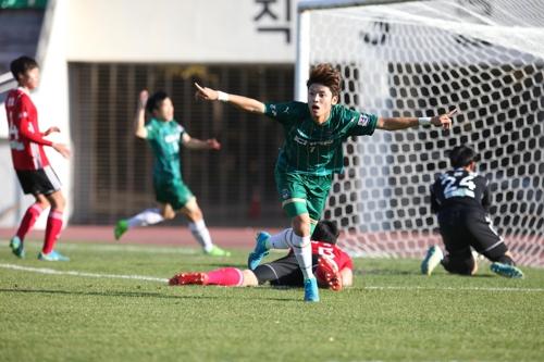 경주한수원의 고병욱이 김해시청과 경기에서 선제골을 넣고 환호하고 있다.
