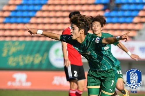 경주한수원의 고병욱이 김해시청과의 경기에서 선제골을 넣고 환호하고 있다.