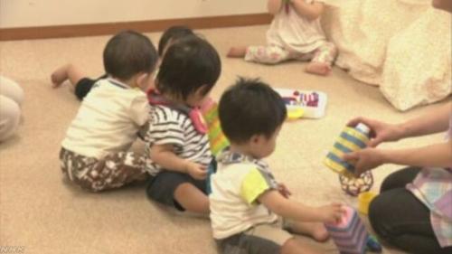 보육시설에 맡겨진 3세 미만 유아들[NHK 캡처]