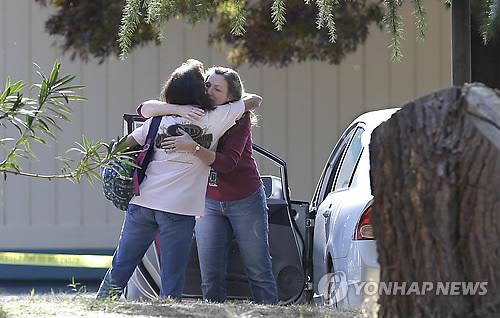 초등학교 총기난사 현장에서 얼싸안고 있는 학부모들
