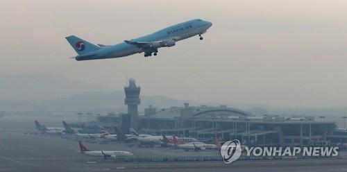 인천공항에서 이륙하는 여객기