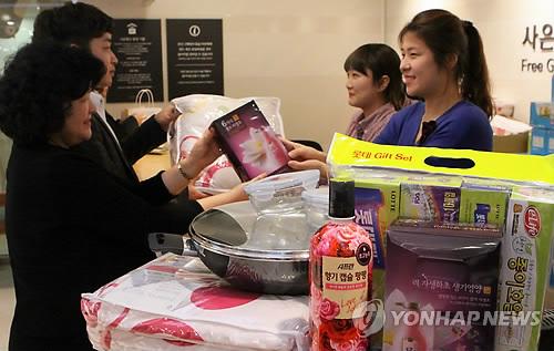 백화점  사은품 증정[연합뉴스 자료사진]