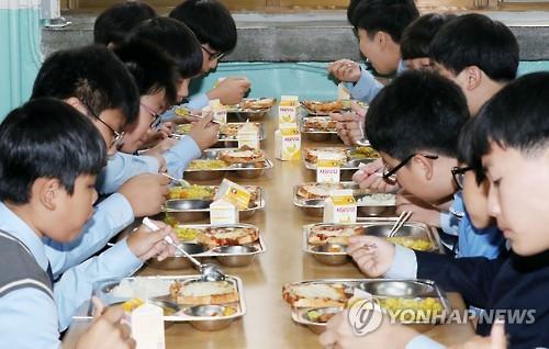점심을 먹고 있는 학생들[연합뉴스 자료사진]