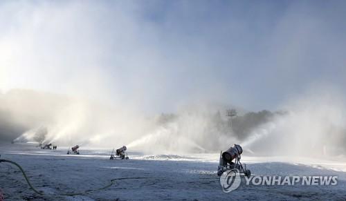 막바지 개장 준비 바쁜 용평스키장[연합뉴스 자료사진]