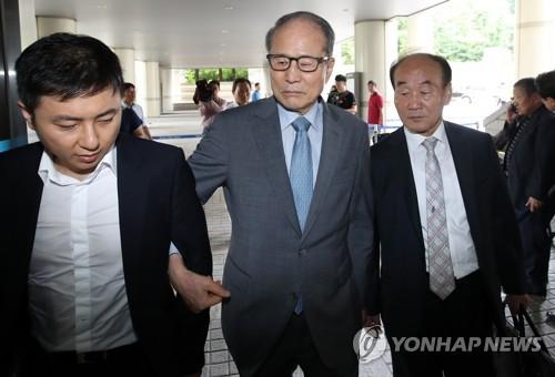 지난 8월 23일 자신의 2심 재판에 출석하는 이상득 전 의원 [연합뉴스 자료사진]