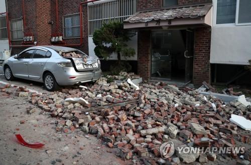 지진에 아수라장으로 변한 빌라 주변