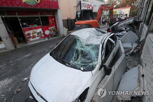 차량 위로 떨어진 건물 외벽