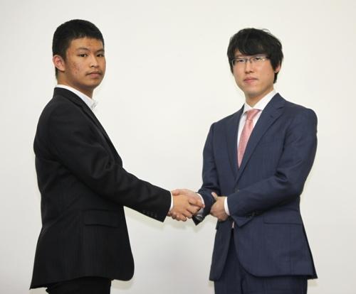 이야마 유타 9단(오른쪽)와 셰얼하오 5단[사이버오로 제공=연합뉴스]