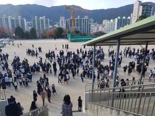 운동장에 대피한 학생들부산 금양중 지진 대피